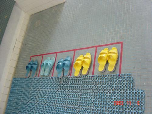 整齊排列的拖鞋